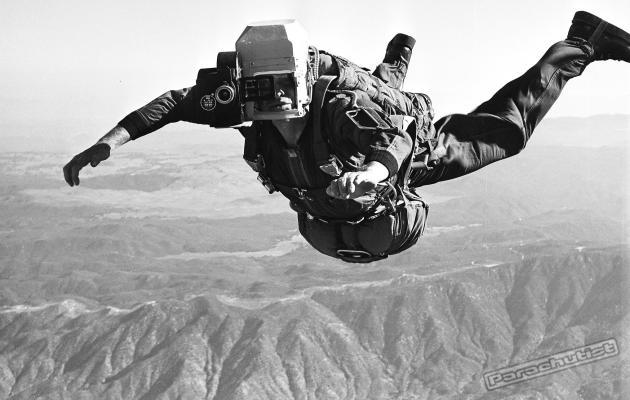 Bob Sinclair performing a skydive with his unique camera mounting idea Photo credits : parachutistonline.com